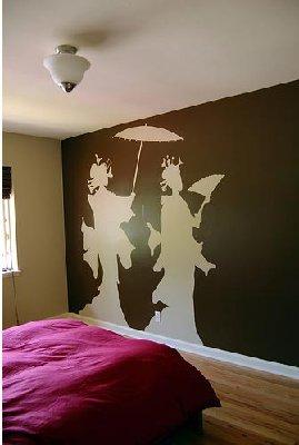 Трафареты, используемые для росписи, крепят к стене лентой малярной или скотчем.  Для нанесения краски можно...